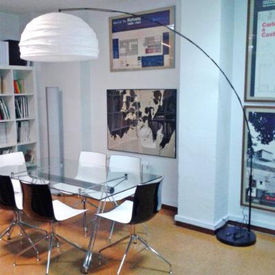Oficina compartida en Argüelles. Espacio luminoso, tranquilo y equipado.