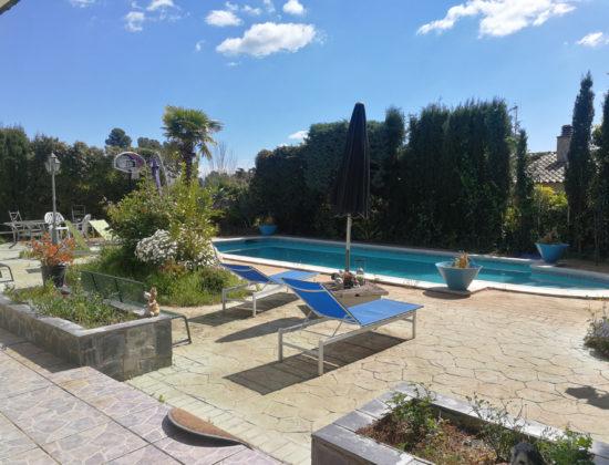 Jardín con piscina en urbanización de lujo